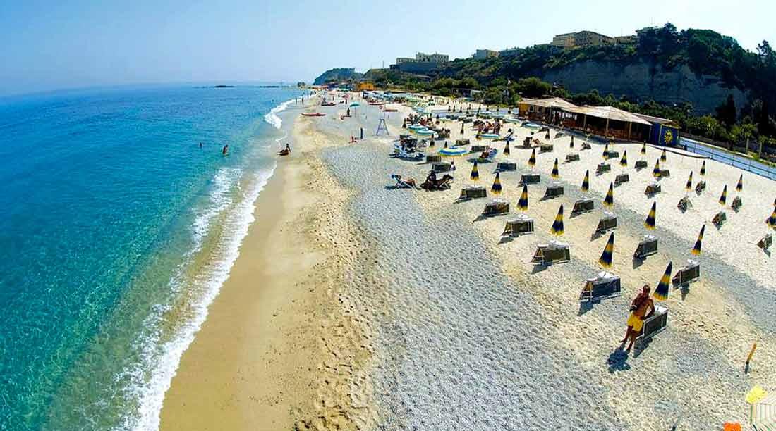 Distanziamento ombrelloni in spiaggia estate 2020