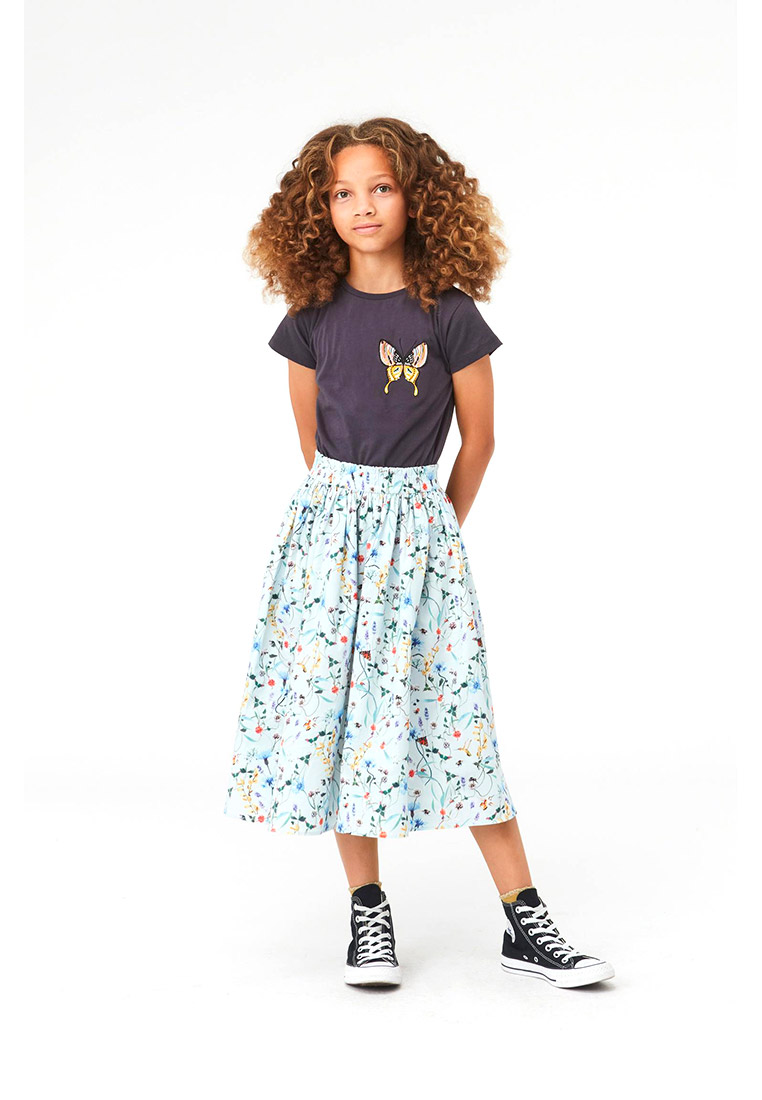 Molo shirt color lavagna con dettaglio farfalla multicolore outfit completo